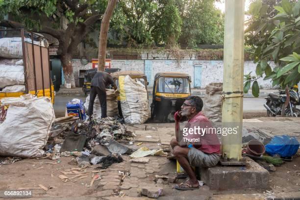 Männer suchen durch Müll von der Seite der Straße, Mumbai, Indien