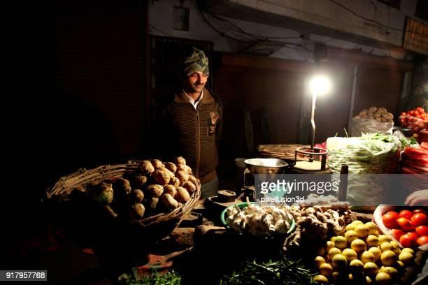 männer, verkauf von gemüse in der nacht auf dem markt - one night stand stock-fotos und bilder