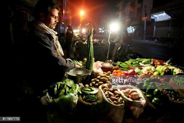 男性夜市場で野菜を販売 - ハリヤナ州 ストックフォトと画像