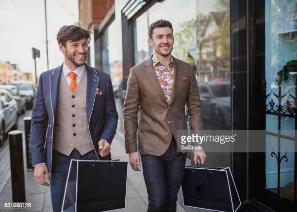 男性スタイルでのショッピング - デザイナー服 ストックフォトと画像