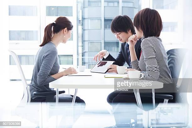 男性女性がタブレットを表示