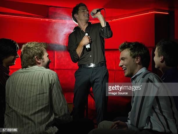 Männer Singen an der bar.