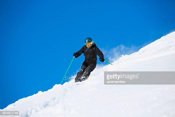 Hombres esquiador piste de esquí, nieve en polvo, soleado de complejos turísticos de esquí