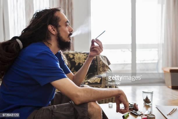 männer, die rauchen marihuana-joints - cannabis droge stock-fotos und bilder