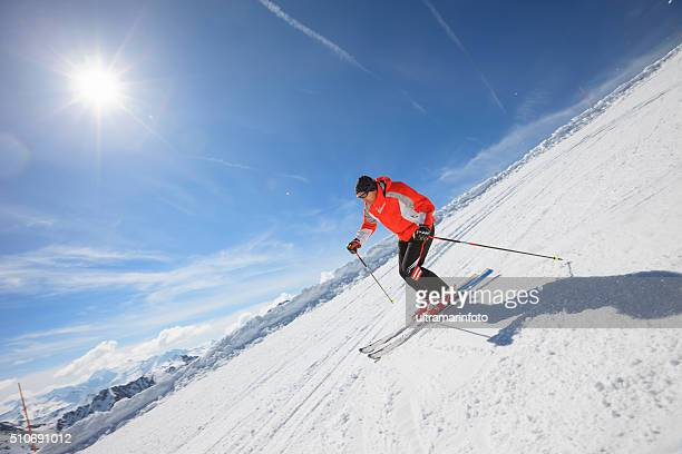 男性の太陽の下でのスキー、スノースキースキーリゾート