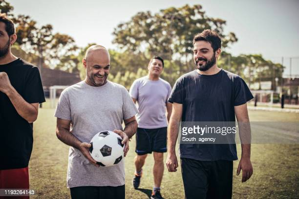 men soccer players outdoors on soccer field - football team stock pictures, royalty-free photos & images