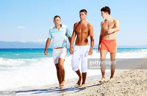 Homme parler et de marcher sur la plage.
