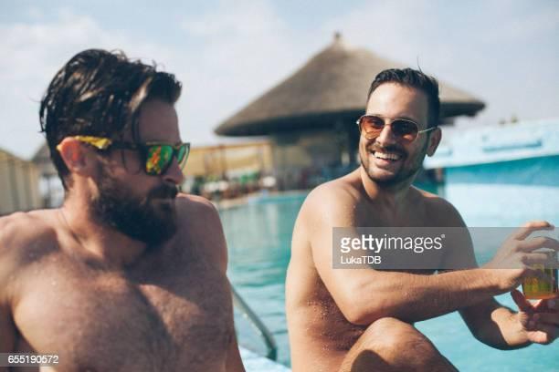 Männer sprechen neben dem pool
