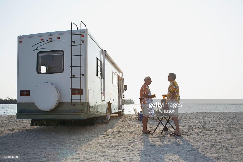 Men talking on beach : Stock-Foto