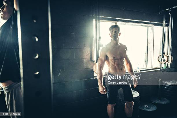 men training in gym - abdominal muscle stock pictures, royalty-free photos & images