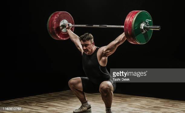 バーベルでの男性トレーニング - ウエイトトレーニング ストックフォトと画像