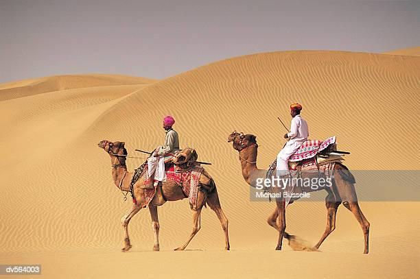 men travelling on camel, jaiselmer, india - rajastão imagens e fotografias de stock