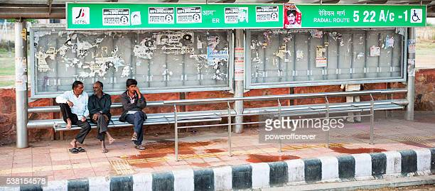 Homme en attente à l'arrêt de bus à Jaipur, en Inde