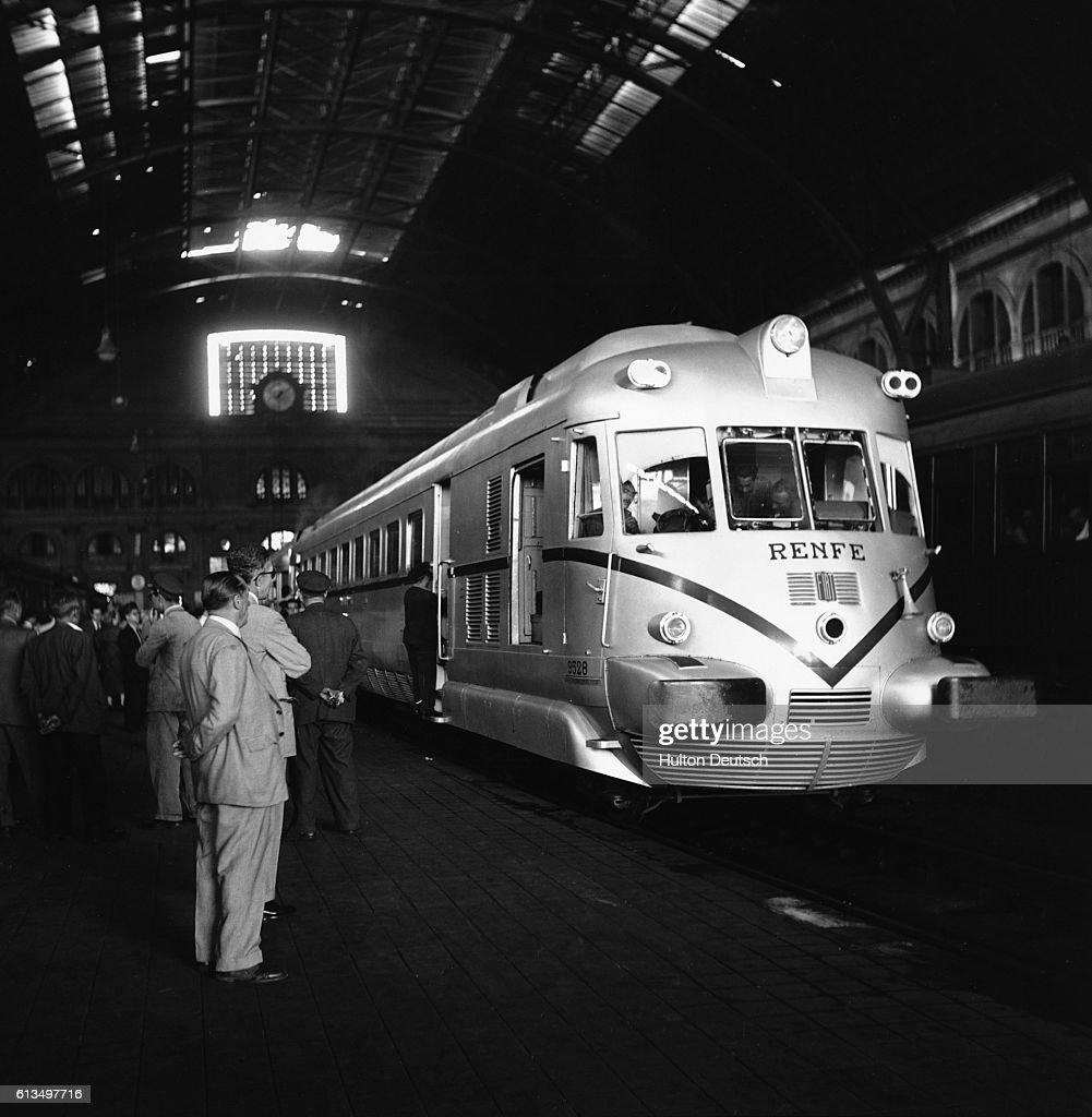 Men Waiting for Train : News Photo