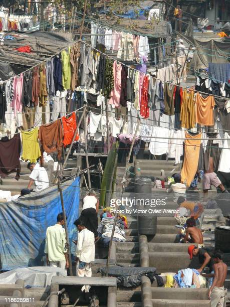 men washing and drying clothes at the dhobi ghat, the world's largest outdoor laundry in mumbai, maharashtra, india - victor ovies fotografías e imágenes de stock