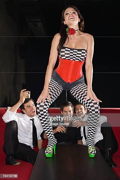 hombres viendo mujer danza en la tabla - voyeurismo fotografías e imágenes de stock