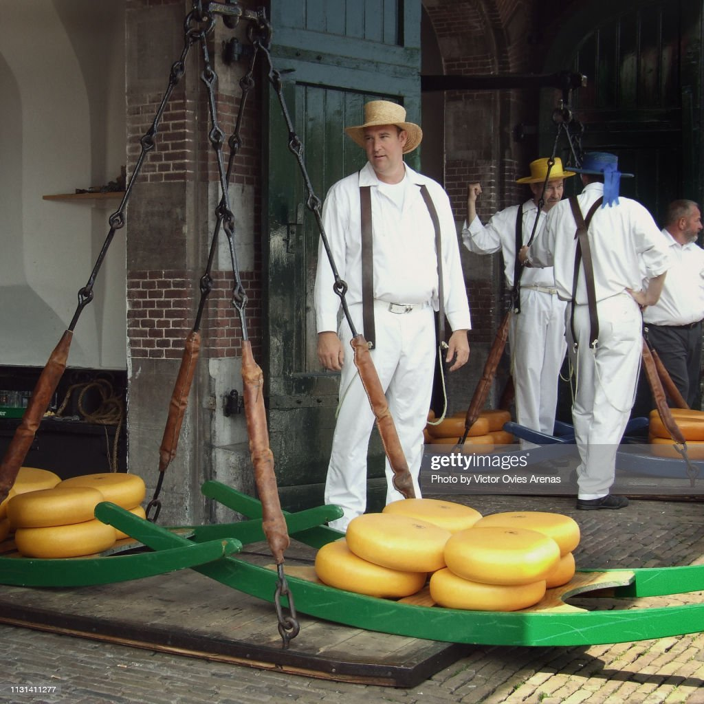 Men weighing cheese at Cheese Market in Alkmaar's main square in the Netherlands : Foto de stock