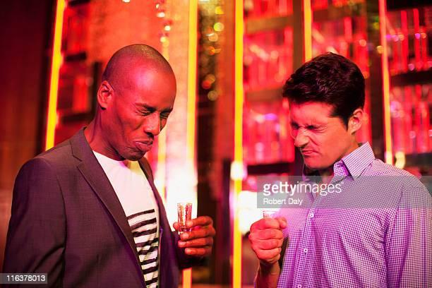Männer mit Schuss Brille Grimassen schneiden in den Nachtclub