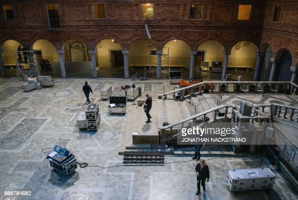 Men work at Stockholm city hall where preparations are under way for the 2017 Nobel Banquet on December 7 2017 / AFP PHOTO / Jonathan NACKSTRAND