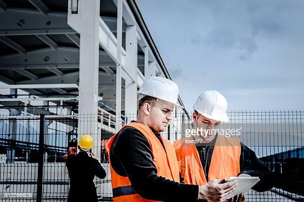 Männer arbeiten auf einer Baustelle