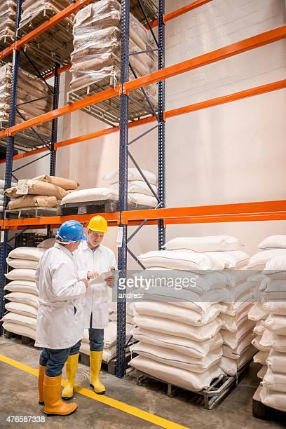 男性で働く流通倉庫 - 食料倉庫 ストックフォトと画像