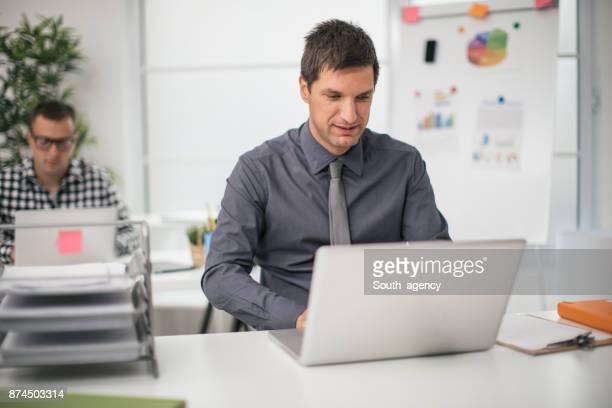 Hommes travaillant dans le bureau