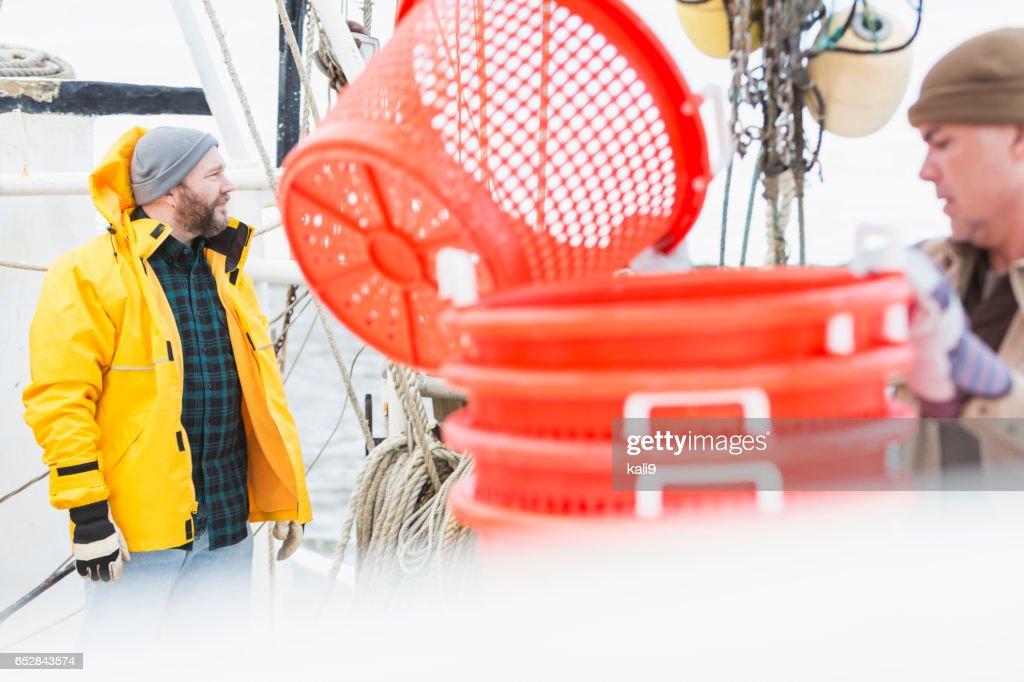 商業漁業のボートで働く男性 : ストックフォト