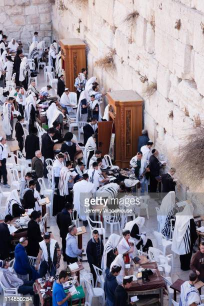 men worshipping at the western wall - gerusalemme foto e immagini stock