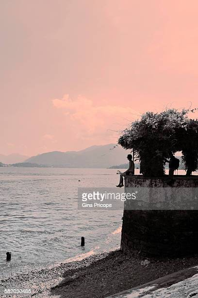 menaggio, lake como, tourists on the promontory. - como itália - fotografias e filmes do acervo
