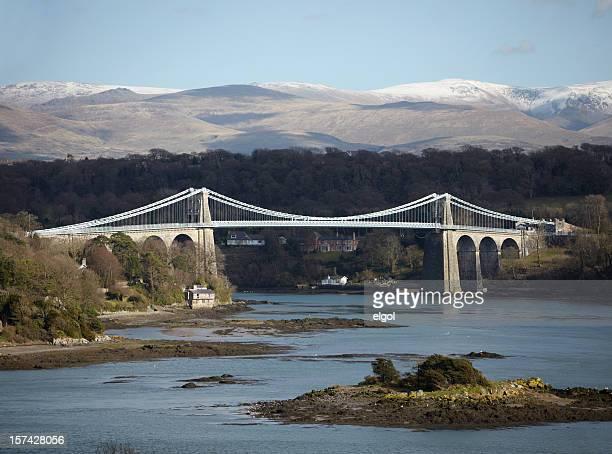 ponte de menai, anglesey, com norte do páis de gales, snowdonia - menai bridge - fotografias e filmes do acervo