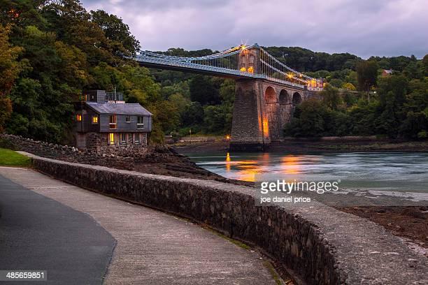 menai bridge from the belgian promenade - ponte sospeso di menai foto e immagini stock