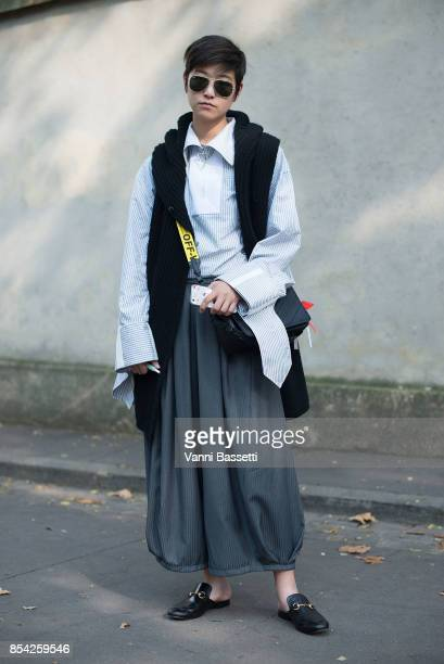 Menghui He poses with an Off White bag after the Dior show at the Musee Rodin during Paris Fashion Week Womenswear SS18 on September 26 2017 in Paris...