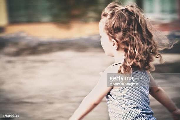 menina correndo - correndo stock photos and pictures