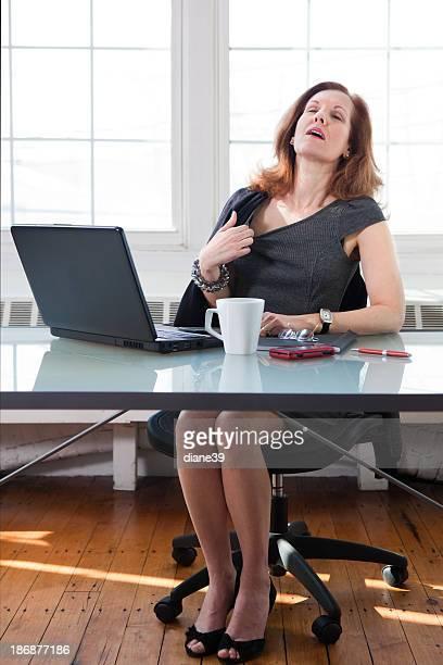 Mujer posmenopáusica con una Sofoco en la oficina
