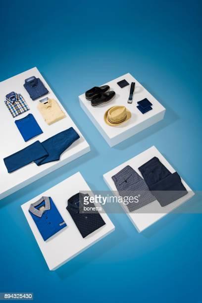 Vêtements pour hommes isolés sur fond bleu