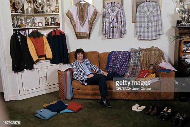 Men's Fashion France Paris 1973 François CEVERT champion de l'automobile pose demiallongé dans un canapé vêtu d'une veste à carreaux noirs et blancs...