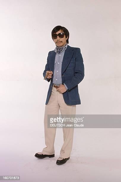 Men's Fashion France Paris 1973 Les pionniers du prêtàporter masculin qui ont révolutionné la mode 'HOMME' QUASAR d'origine vietnamienne pose debout...