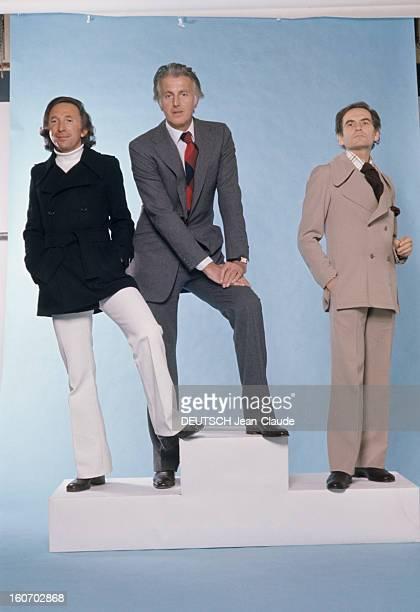 Men's Fashion France Paris 1973 Les ténors de la haute couture Ted LAPIDUS cheveux milongs col roulé blanc sur pantalon blanc évasé mains dans les...