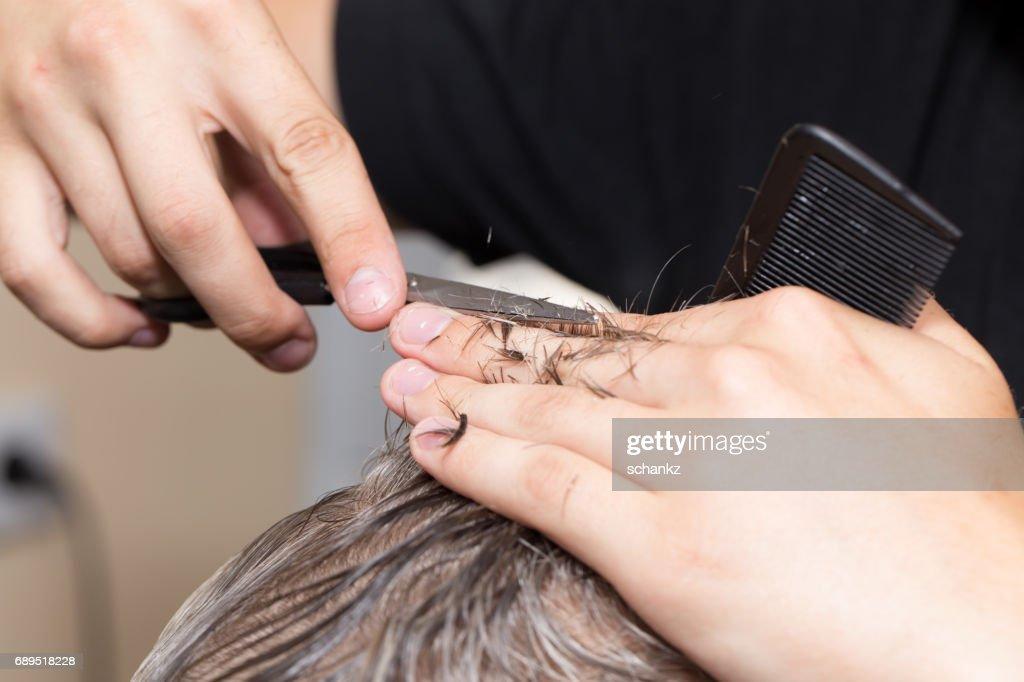 Manner Haare Schneiden Schere In Einem Schonheitssalon Stock Foto