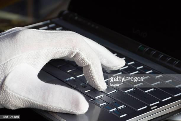 Men's hand mit weißem Handschuh fliegen lassen prints auf dem computer