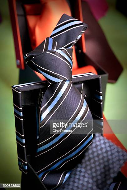 men's tie in the gift box. - men stockfoto's en -beelden