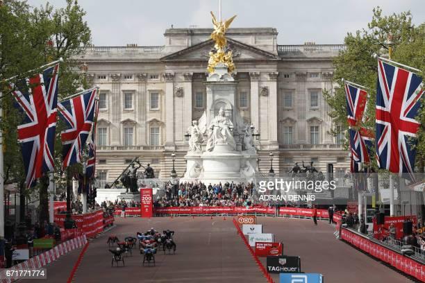 Men's wheelchair athletes compete during the London marathon on April 23 2017 in London / AFP PHOTO / Adrian DENNIS