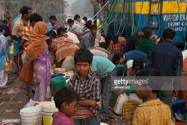 Menschen holen Wasser von einem öffentlichem Wagen