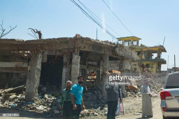 Menschen in der zerstorten Altstadt in Mosul on April 24 2018 in MOSUL IRAQ