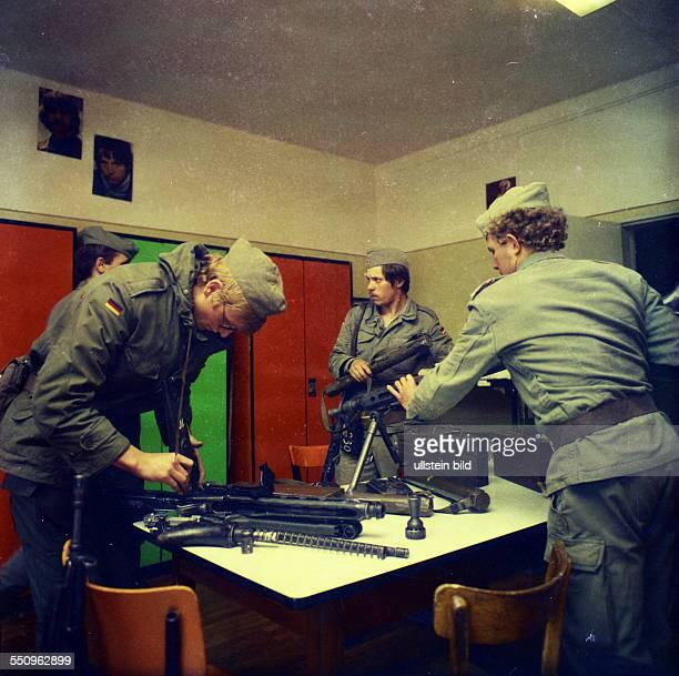 Menschen und Ereignisse in den Jahren 1972 bis 1981 Rekruten der Bundeswehr in einer Kaserne