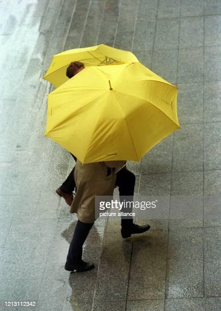Menschen unterm Regenschirm am in der Frankfurter Innenstadt. In Hessen hält sich trüb-nebliges Novemberwetter. Während in Süddeutschland erste...