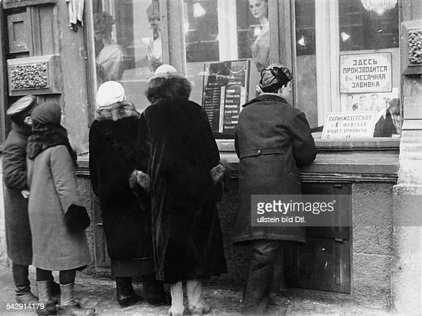 Menschen vor der Auslage des Friseurs des Grandhotels1932Foto Unionbild StrassbergFoto ist Teil einer Serie Weitere Motive im Originalebestand