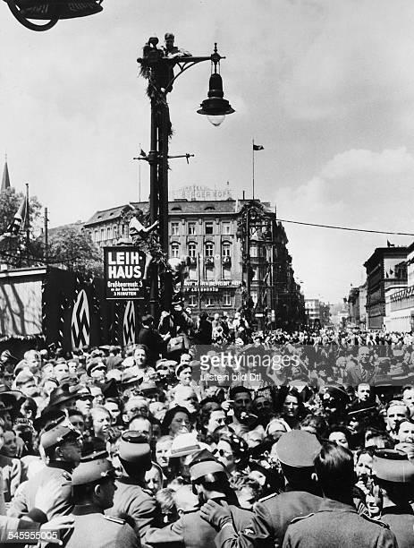 Menschenansammlung in der Saarlandstrasseund auf dem Askanischen Platz vor demAnhalter Bahnhof in Erwartung der AnkunftAdolf Hitlers