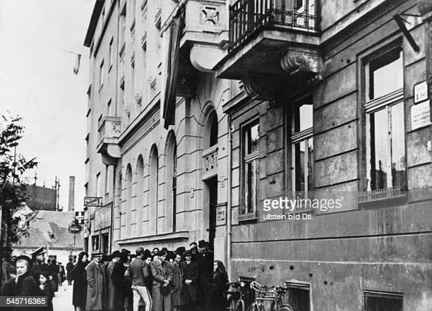 Menschenansammlung vor dem Gebäude derSlowakischen Volkspartei in Pressburg inErwartung weiterer Entscheidungenhinsichtlich des Konfliktes zwischen...