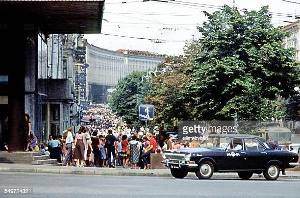 Menschenmassen im Centrum von Kiew Auto Wolga Sowjetunion Kiew